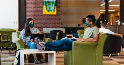 Two students wearing masks in Jamrich Hall